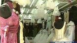 В бутике - сплошь западные наряды: глубокие декольте, открытые плечи. На дворе хоть и XXI век, но для восточного уклада жизни - это диковинка