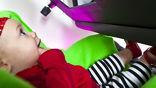 Во время эксперимента малышам показывали видео об их родителях и проверяли, куда смотрят испытуемые