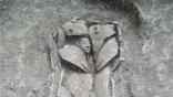 Глиняный саркофаг, крышка которого выполнена в форме человеческой фигуры