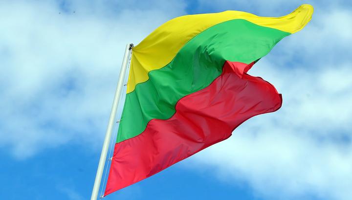 Американские военные разорвали на куски флаг Литвы со здания прокуратуры Каунаса