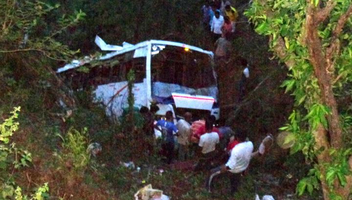 Семь человек погибли, 20 пострадали при падении автобуса на севере Индии