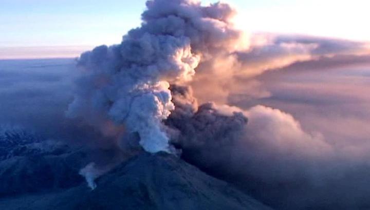 Вулкан Ключевской выбросил многокилометровый столб пепла