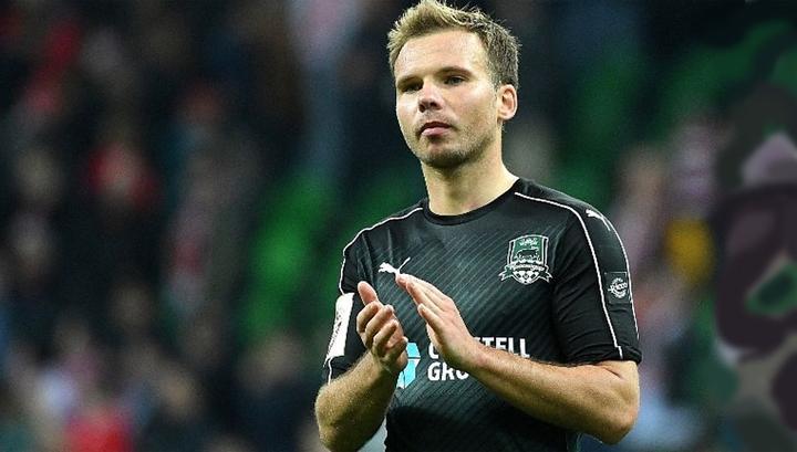 """Защитник """"Торпедо"""" Шишкин ударился головой об ограждение, но продолжил матч"""