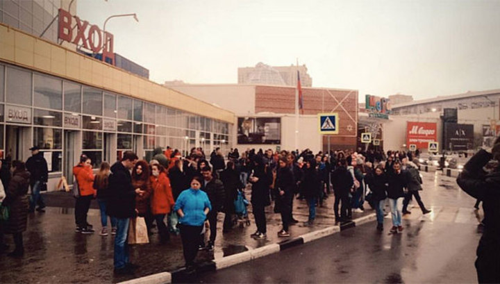"""Торговый комплекс """"Мега Химки"""" эвакуируют после звонка с угрозой взрыва"""
