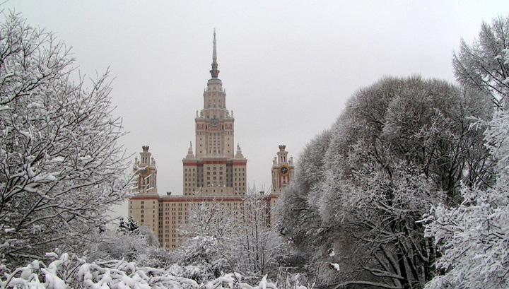 Зимние узоры, высокие сугробы: балтийский циклон продолжает засыпать Москву снегом