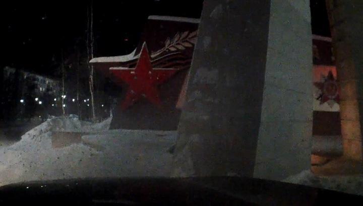 """Нетрезвый лихач на чужом авто протаранил """"Вечный огонь"""" в Надыме"""