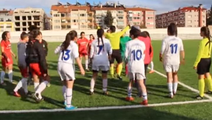 Матч женских команд в Турции был прерван из-за драки футболисток