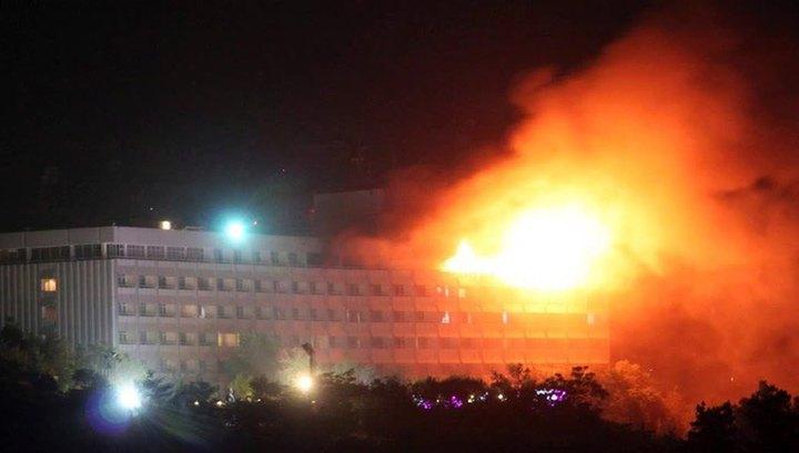 В Кабуле террористы-смертники захватили заложников