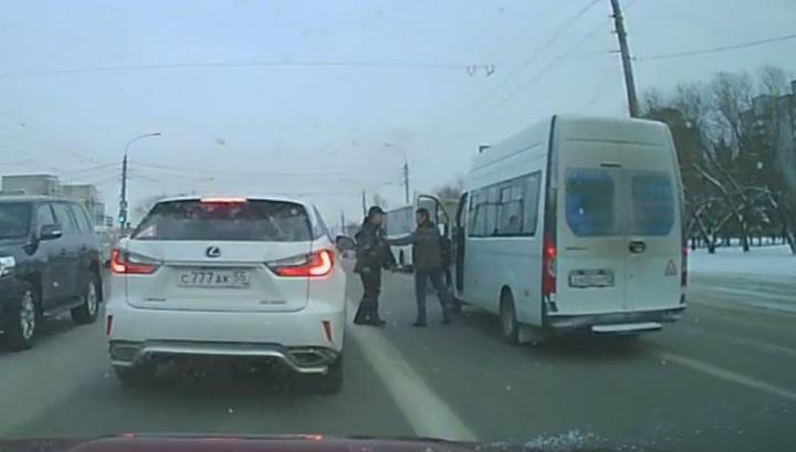 Таксист и водитель маршрутки устроили драку посреди дороги в Омске