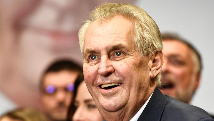 Земан почтил память советских воинов-освободителей в посольстве РФ в Праге