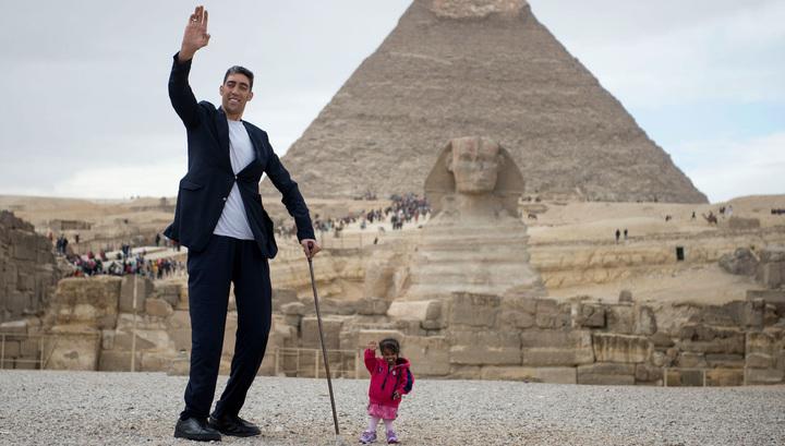 У Сфинкса в Египте встретились самый высокий мужчина и самая крохотная женщина в мире