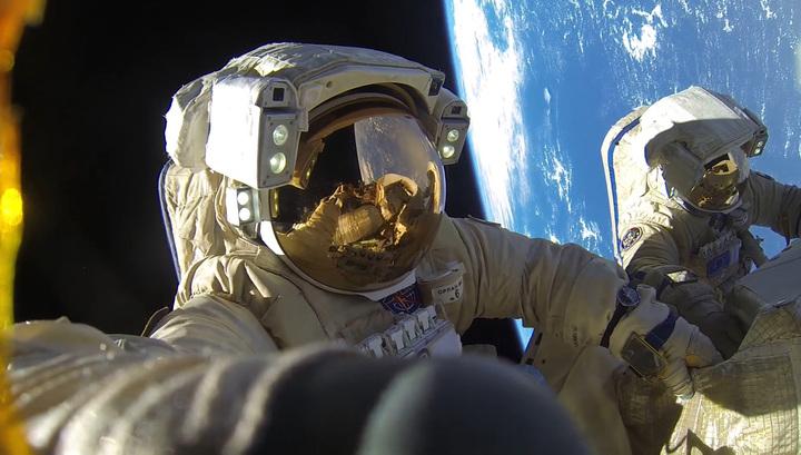 Рекордный выход в открытый космос. Фотолента