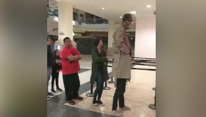 Подростки в костюме взрослого попытались пройти в кино по одному билету. Видео