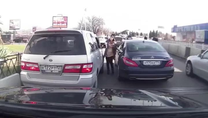 Беременная владелица Mercedes устроила потасовку с женщиной-водителем в Сочи