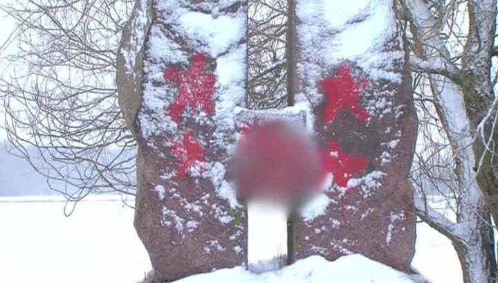 Вандалы нарисовали свастику на памятнике советским активистам в Литве