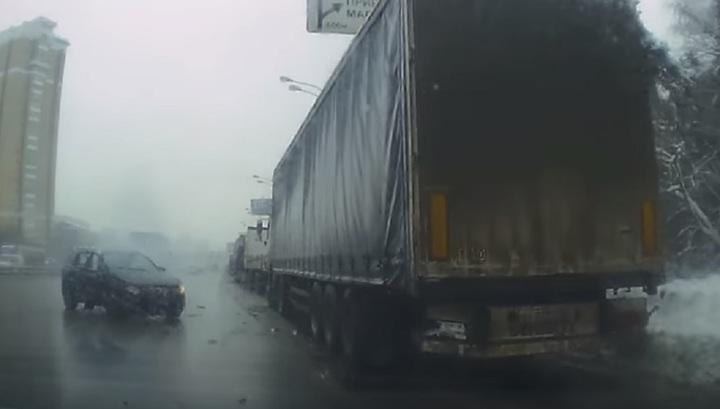 Уснувший водитель врезался в грузовик на юго-востоке Москвы