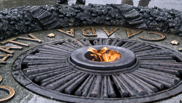 Киевлянка, пожарившая яичницу на Вечном огне, получит 4 тысячи евро