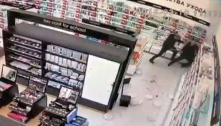 Камеры наблюдения зафиксировали убийство ревнивцем соперника в сургутском ТЦ