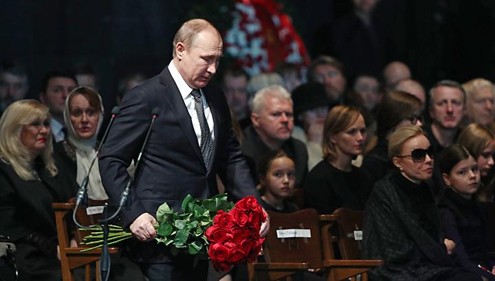 Путин положил к гробу Табакова бордовые розы