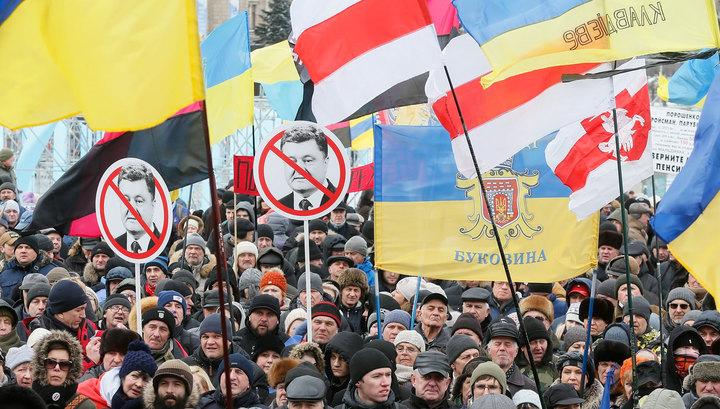 Около 150 митингующих пришли к дому Порошенко