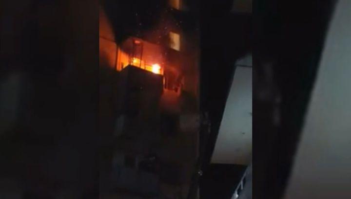 Спасавшаяся от огня девушка сорвалась с пятого этажа жилого дома в Оше