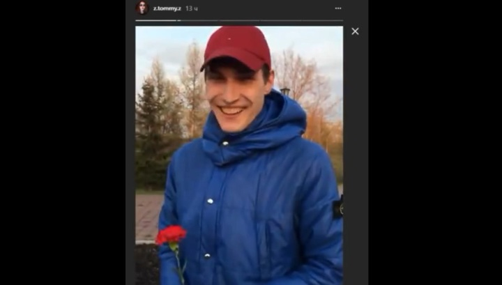 """Как пахнут деды"": красноярец преподнес подруге цветок с памятника героям войны"