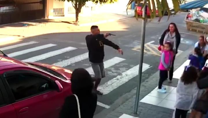 Бразильянка застрелила преступника, хотевшего ограбить людей на праздновании Дня матери