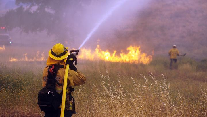 в Калифорнии борются с самым разрушительным пожаром