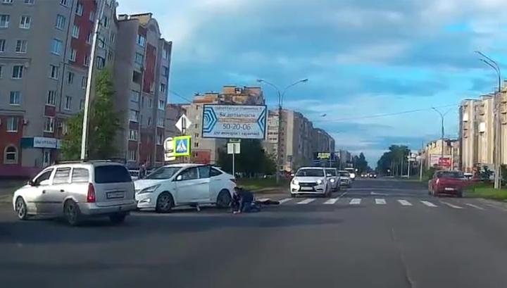 На пешеходном переходе в Великом Новгороде столкнулись велосипед и автомобиль