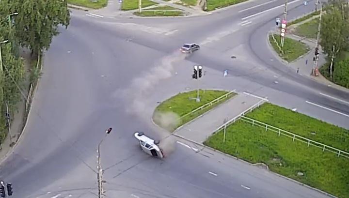 Легковушка перевернулась после столкновения на перекрестке в Петрозаводске