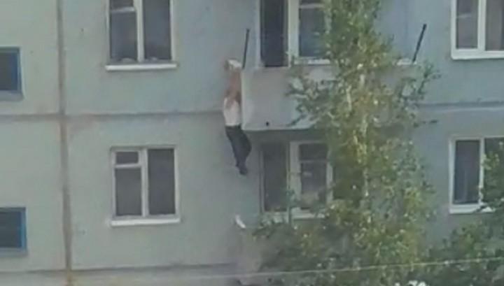 Отправившийся спасать котенка мужчина сорвался с балкона в Амурской области