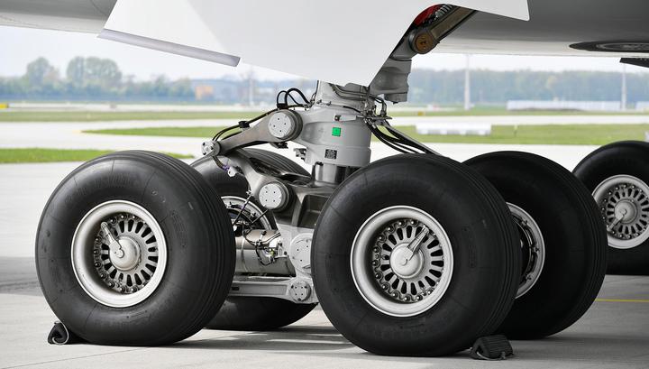 """У самолета """"Якутии"""" отказал двигатель"""