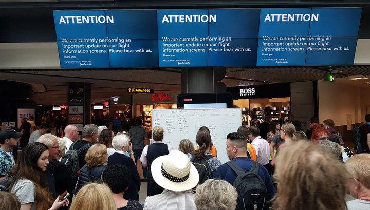 Из-за сбоя электронное табло в лондонском аэропорту заменили на доску и маркеры