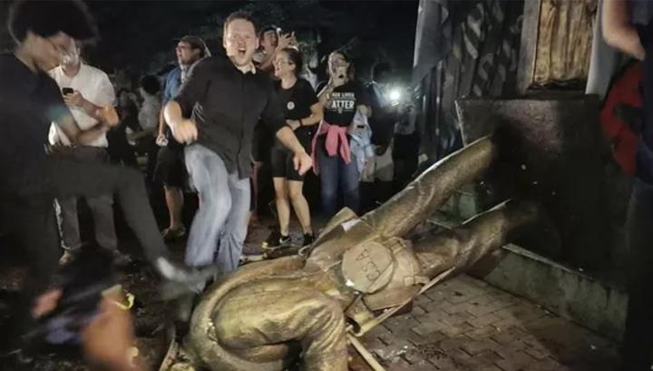 В Северной Каролине студенты повалили памятник солдату Конфедерации