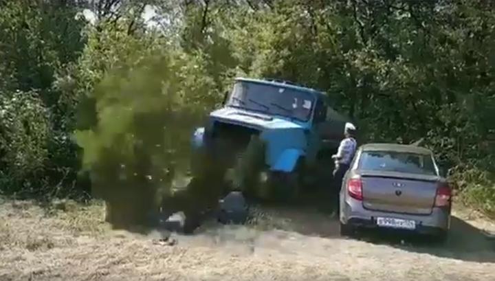 Сливающий отходы водитель-ассенизатор избил лесника. Видео