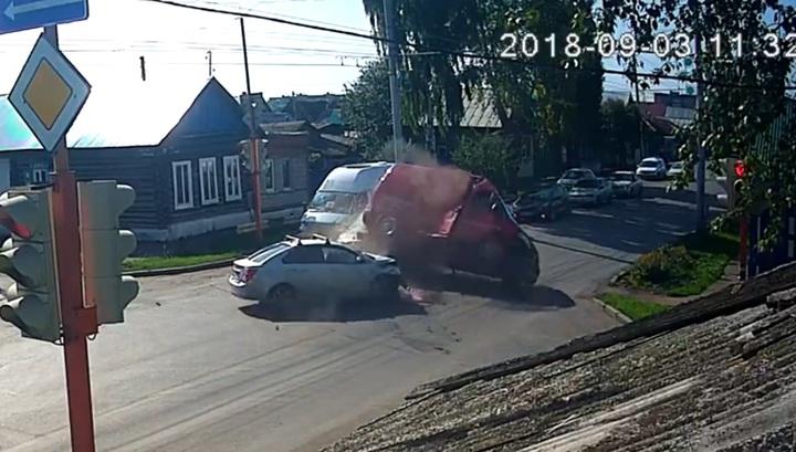 Легковушка перевернула авто нарушителя ПДД, поехавшего на красный свет