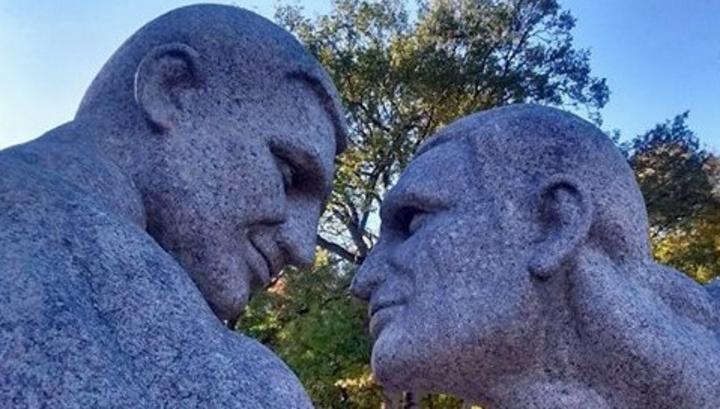 Братьям Кличко поставили «голый» памятник