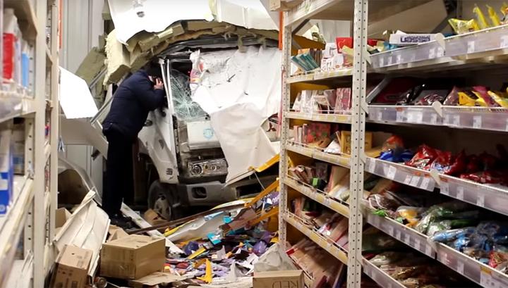 В Иркутске эвакуатор проломил стену супермаркета и въехал в торговый зал