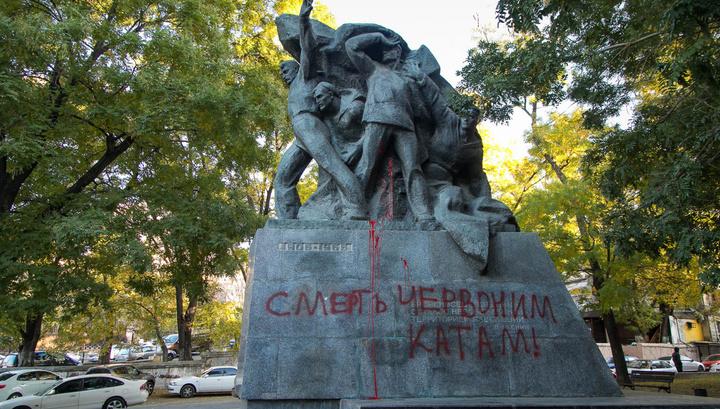 """Вандалы осквернили памятник морякам """"Потемкина"""" в Одессе"""