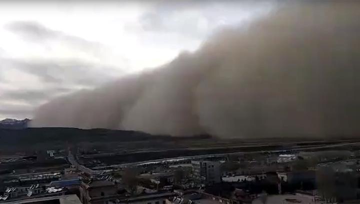 Китайский город накрыла песчаная буря полукилометровой высоты