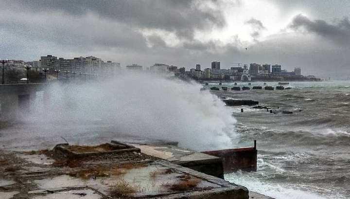 В Новороссийске из-за урагана ввели режим ЧС
