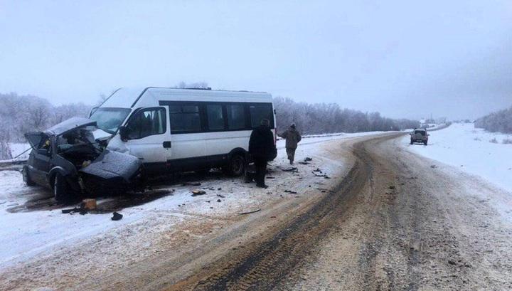 Опубликованы кадры с места аварии с маршруткой под Саратовом, где погибли четыре человека