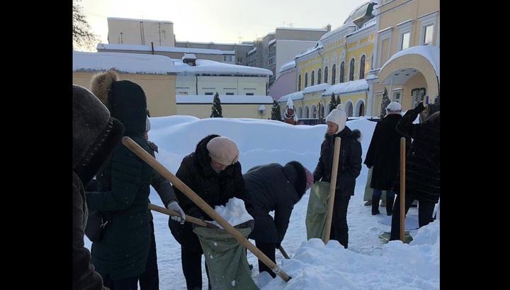 Саратовские педагоги собирали в мешки снег в двадцатиградусный мороз во время субботника