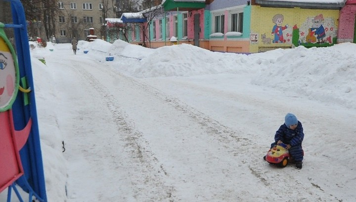 В трескучий мороз воспитатель детского сада забыла на улице маленького ребенка