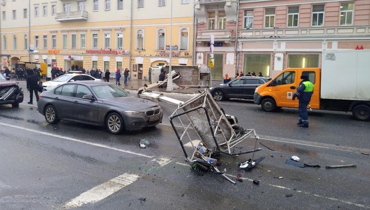 Страстной бульвар перекрыли из-за упавшего автокрана