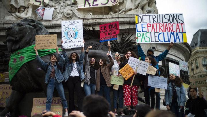 Французские женщины 8 марта потребовали таких же зарплат, как у мужчин