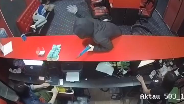 Посетитель букмекерской конторы проспал вооруженное ограбление