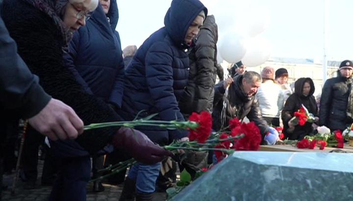 """Цветы, игрушки, свечи: в Кемерове вспоминают жертв страшного пожара в """"Зимней вишне"""""""