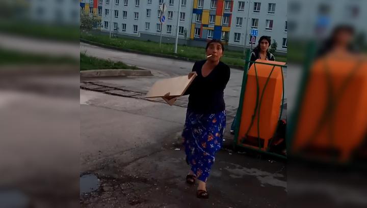 Цыганка засунула сына в мусорный бак в поисках просрочки. Видео