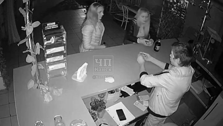 Канский бармен погасил сигарету посетительницы с помощью огнетушителя